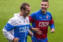 Pavel Kadeřábek (vpravo) na tréninku fotbalové jednadvacítky.
