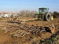 Traktor s bránami na poli u Uherského Brodu