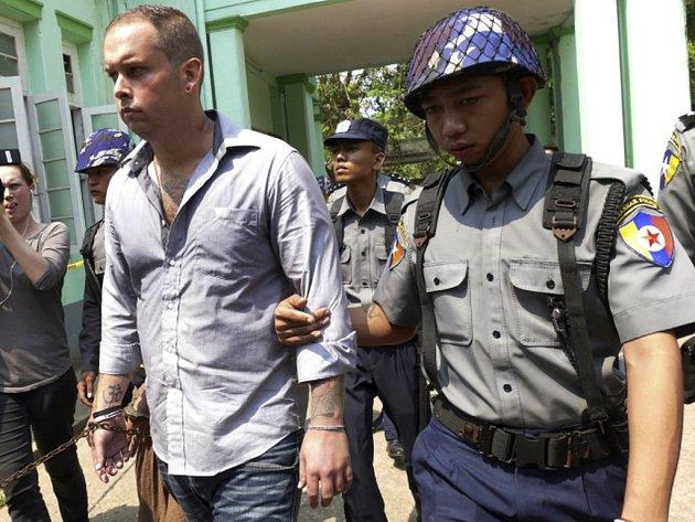 Novozélandský vedoucí baru a dva jeho místní obchodní společníci byli dnes v Barmě odsouzeni k 2,5 roku vězení za urážku buddhismu.