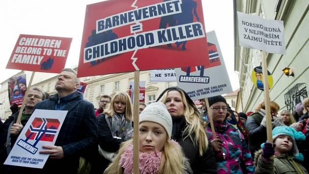 Lidé v Norsku protestují proti Barnevernetu.