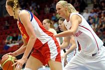 Basketbalistka Petra Kulichová (vpravo) v přípravném zápase proti Rusku.