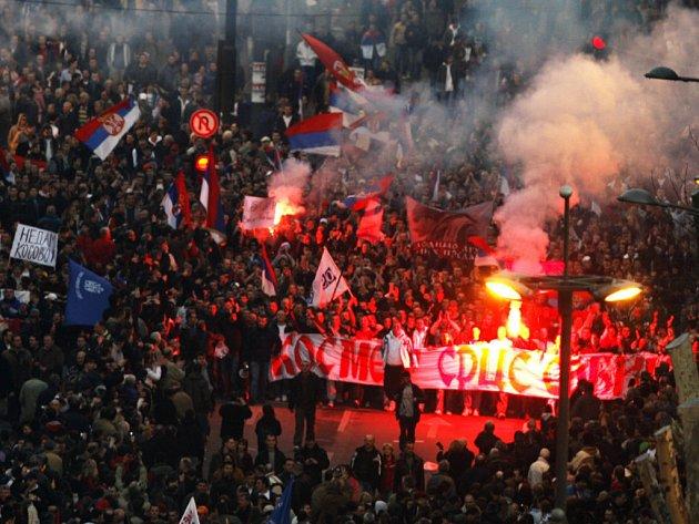 Plameny a zuřivost v bělehradských ulicích.