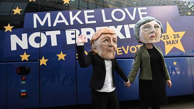 Odpůrci brexitu demonstrovali v Bruselu v maskách Angely Merkelové a Theresy Mayové