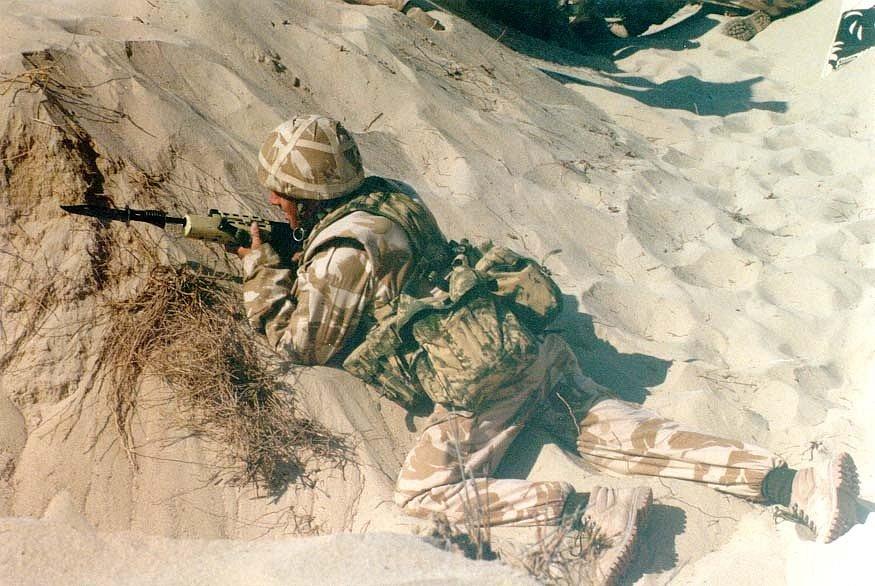 Britský voják při ostrém výcviku před útokem