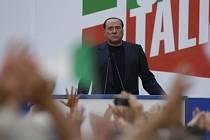 Silvio Berlusconi mluví ke svým příznivcům.