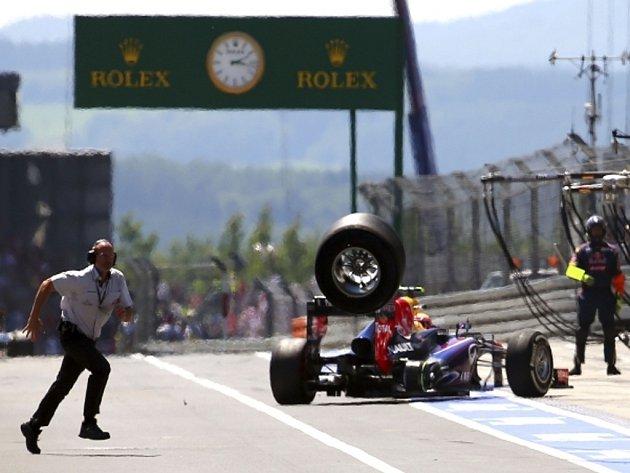 Marku Webberovi ve Velké ceně Německa upadlo kolo a zranilo kameramana.