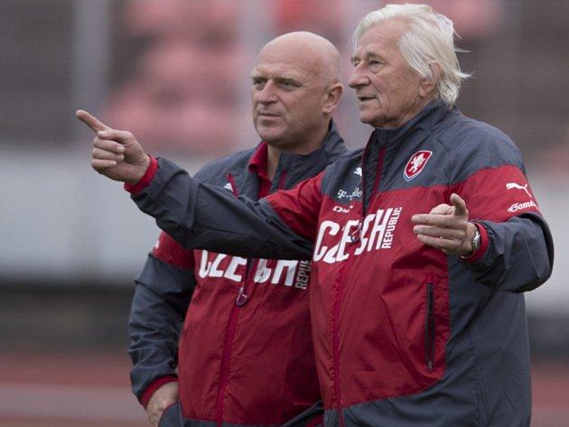 Poradce u české fotbalové reprezentace Karel Brückner (vpravo) a manažer reprezentace Dušan Fitzel.
