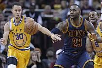 Souboj hvězd. Stephen Curry z Golden State (vlevo) a LeBron James z Clevelandu.
