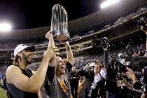 Baseballisté San Francisca oslavují titul. Na snímku Michael Morse a Tim Hudson.