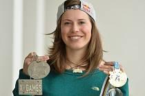 Eva Samková se svou medailovou sbírkou z letošní sezony.