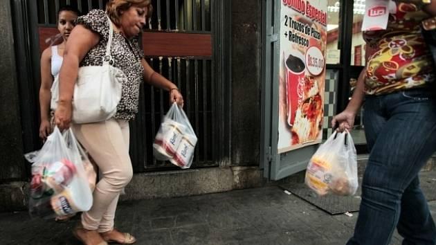 Poslední role toaletního papíru mizí z obchodů rychle