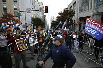 Příznivci Trumpa a Bidena ve Filadelfii - Policisté odděluje ve Filadelfii v Pennsylvánii skupiny příznivců amerického prezidenta Donalda Trumpa (vpravo) a demokratického kandidáta Joea Bidena během protestu u budovy, v níž se sčítají volební hlasy, 6. li