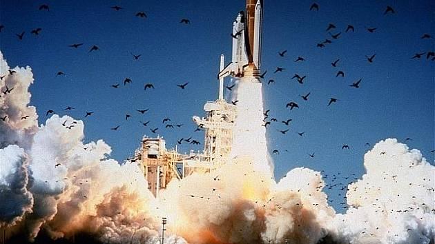 Pouhou minutu a čtvrt trvala 28. ledna 1986 cesta amerického raketoplánu Challenger do vesmíru. Poté se stroj před zraky milionů televizních diváků změnil v ohnivou kouli, nikdo ze sedmi členů posádky nepřežil.
