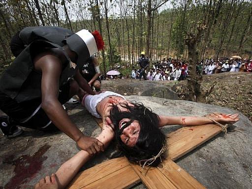Bolest. Ke křížům se nechávali přibíjet muži v Indii (na snímku) nebo třeba na Filipínách. Katolická církev tyto rituály odmítá, ale Filipínci se jich nehodlají vzdát.