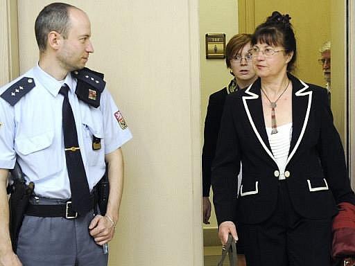 Městský soud v Praze vyhověl nároku švagrové bývalého prezidenta Václava Havla Dagmar (vpravo) na polovinu pražského paláce Lucerna.