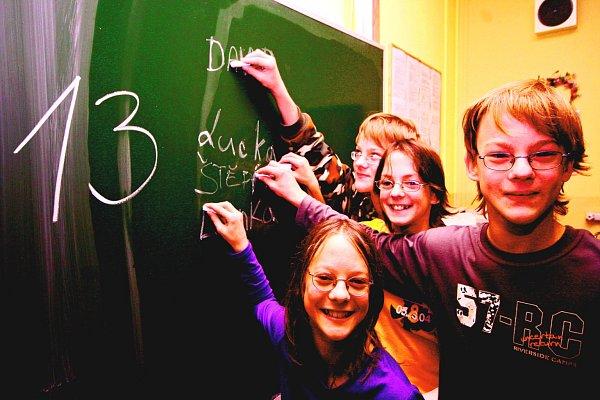DORT PRO ČTYŘI. Havlíčkobrodská čtyřčata slaví každé narozeniny ve velkém. Snímek je zachycuje při školních oslavách třináctin.