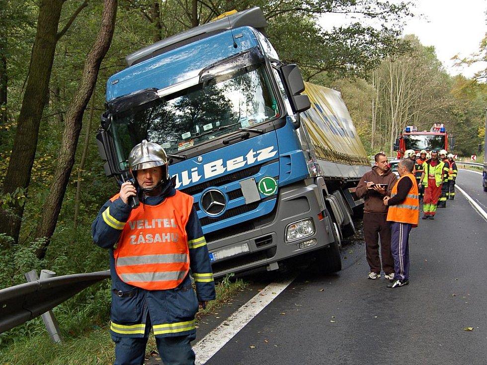 Za obcí Damice na Karlovarsku havaroval ve čtvrtek 13. října 2011 kamion. Kvůli jeho vyproštění bylo nutno přeložit náklad.