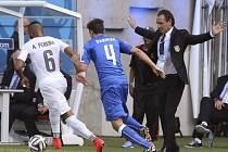Itálie - Uruguay: Alvaro Pereira v akci, kterou sleduje i kouč Italů Cesare Prandelli