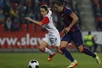 Fotbalistky Slavie (v bíločerveném) proti Barceloně.