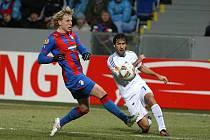 Hvězda Schalke Raúl (vpravo) a František Rajtoral z Plzně.