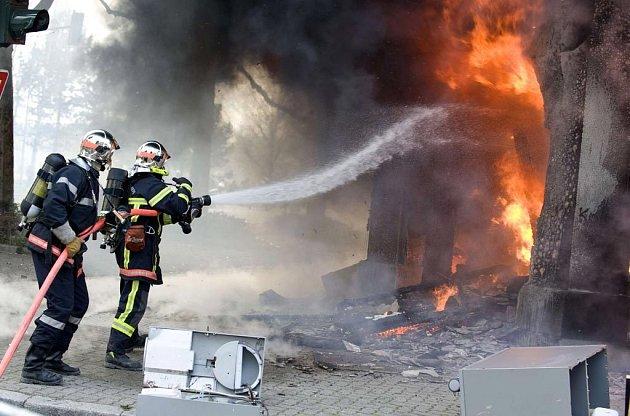 Centrum Štrasburku bylo uzavřeno, hoří i hotel Ibis, lékárna a stará celnice.