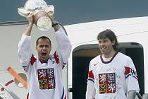 Tomáš Rolinek s Jaromírem Jágrem ukazují ruzyňskému letišti slavnou trofej.