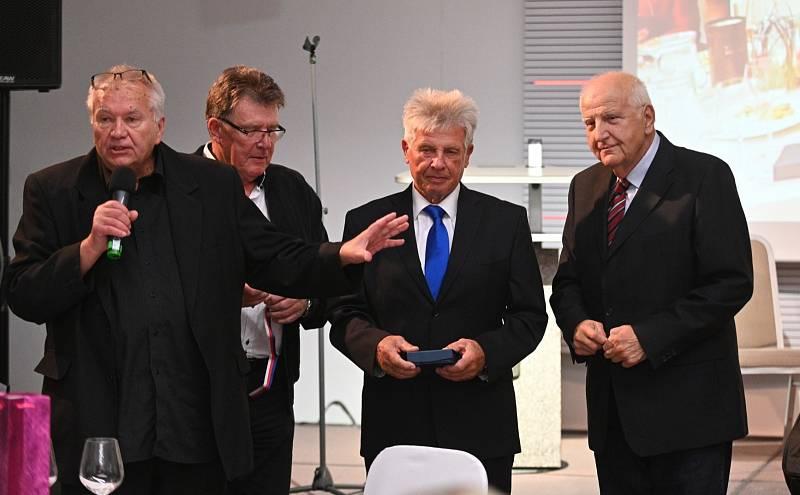 Ota Černý na galavečeru Brněnský rok sportu předal medaile největším legendám československé a světové kolové bratrům Janovi a Jindřichovi Pospíšilovým