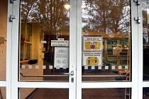 Vstupní dveře do základní školy. Ilustrační snímek