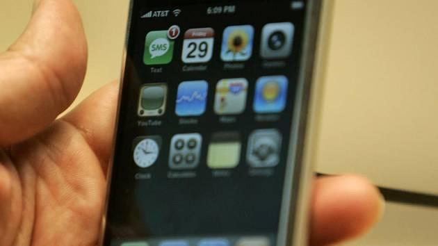 500 DOLARŮ. V přepočtu necelých 11 tisíc korun. Tolik stojí levnější verze iPhone s pamětí 4GB.