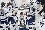Útočník Tampy Bay Ondřej Palát drží nad hlavou Stanleyův pohár po vítězství svého týmu v play off NHL.