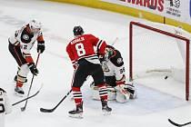 Hokejista Chicago Blackhawks Dominik Kubalík (8) střílí gól, vpravo brankář Anaheimu Ducks John Gibson.
