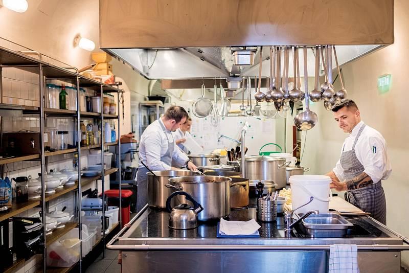 Řízek v podání Marka Janoucha se v podniku jménem Kuchyň připravuje z přeštíka, podává se s kostí a dopéká v troubě.