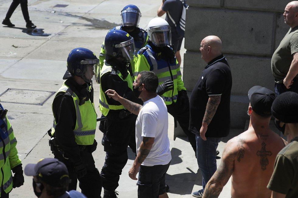 Příznivci krajní pravice protestují v centru Londýna. Chtějí prý chránit památníky a sochy před těmi, kteří vyšli do ulic na podporu demonstrací v USA.