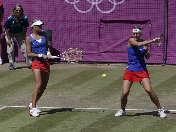 Andrea Hlaváčková (vlevo) na dvorci s parťačkou Lucií Hradeckou.