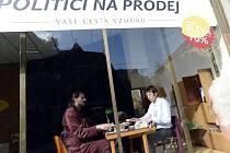 V Jindřišské ulici v Praze mohli kolemjdoucí 22. října sledovat projekt Politici na prodej, který poukazoval na vliv lobbistů na českou politiku.