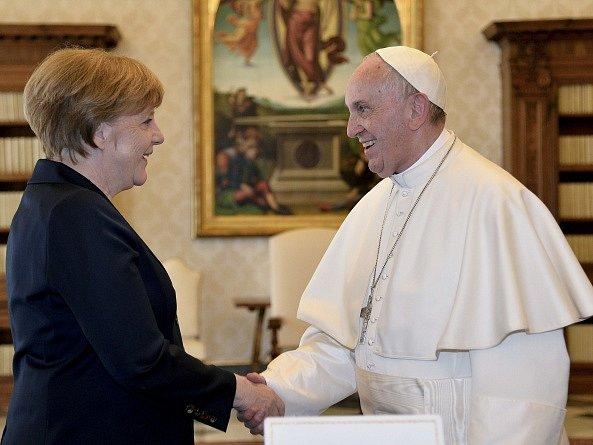 Papež František dnes ve Vatikánu převzal cenu Karla Velikého. Slavnostního aktu v Apoštolském paláci přihlíželi přední evropští politici, mimo jiné německá kancléřka Angela Merkelová.
