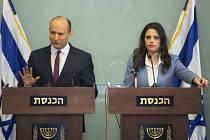 Izraelský ministr školství Naftali Bennett a ministryně spravedlnosti Ajelet Šakedová.
