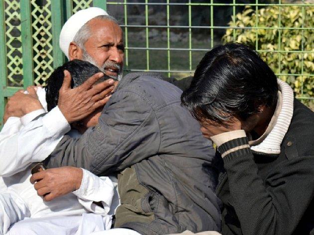 Nejméně 40 lidí zemřelo a desítky dalších byly hospitalizovány po požití pančovaného alkoholu v Pákistánu.