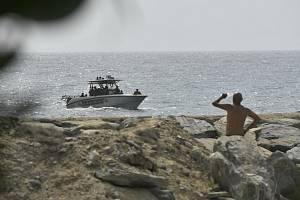 Bezpečnostní složky na člunu u pobřeží La Guairy.