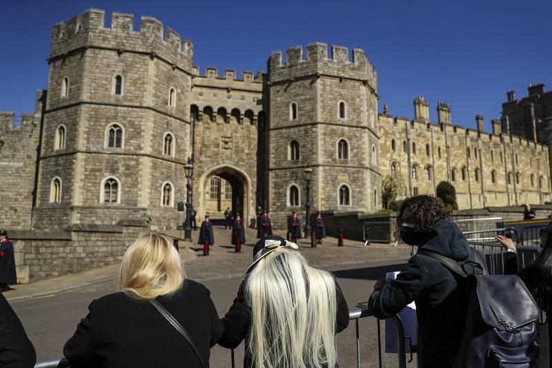 Od rána přicházejí k hradu Windsor lidé, kteří sem přinášejí květiny. Navzdory výzvám královské rodiny.