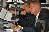 Roman Janoušek se svým obhájcem u soudu.