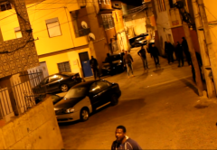 Venkovní záběr z lisabonského slumu Cova da Moura v inkriminovaném období