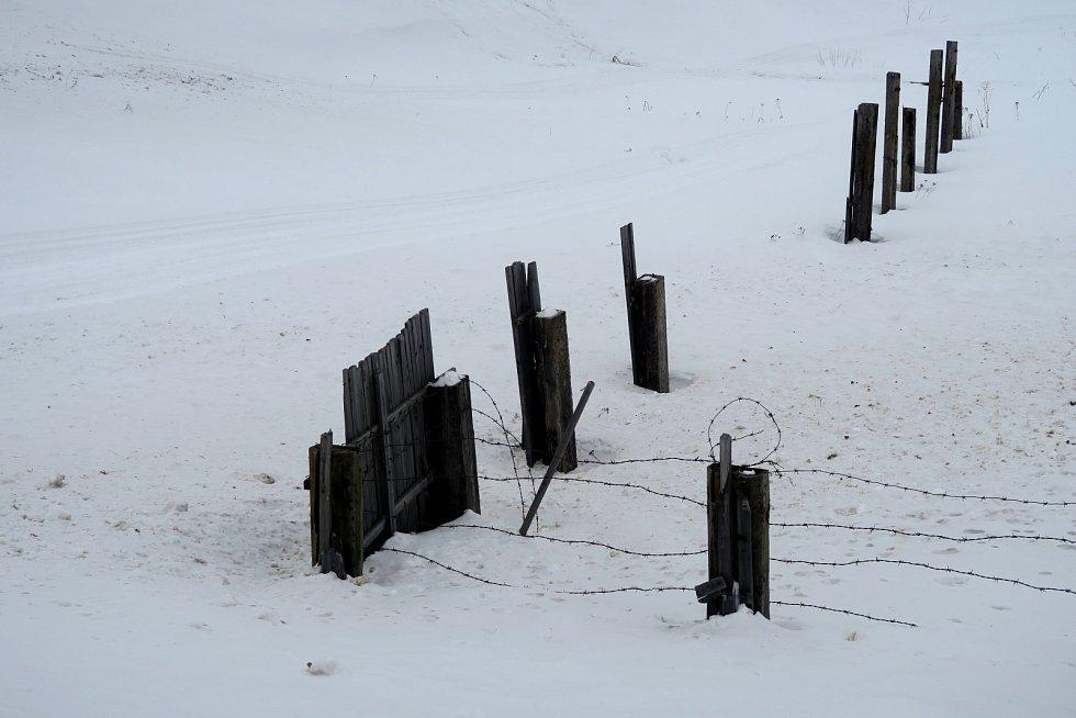 Pozůstatky pohnuté historie Pečory mizí pod sněhem.