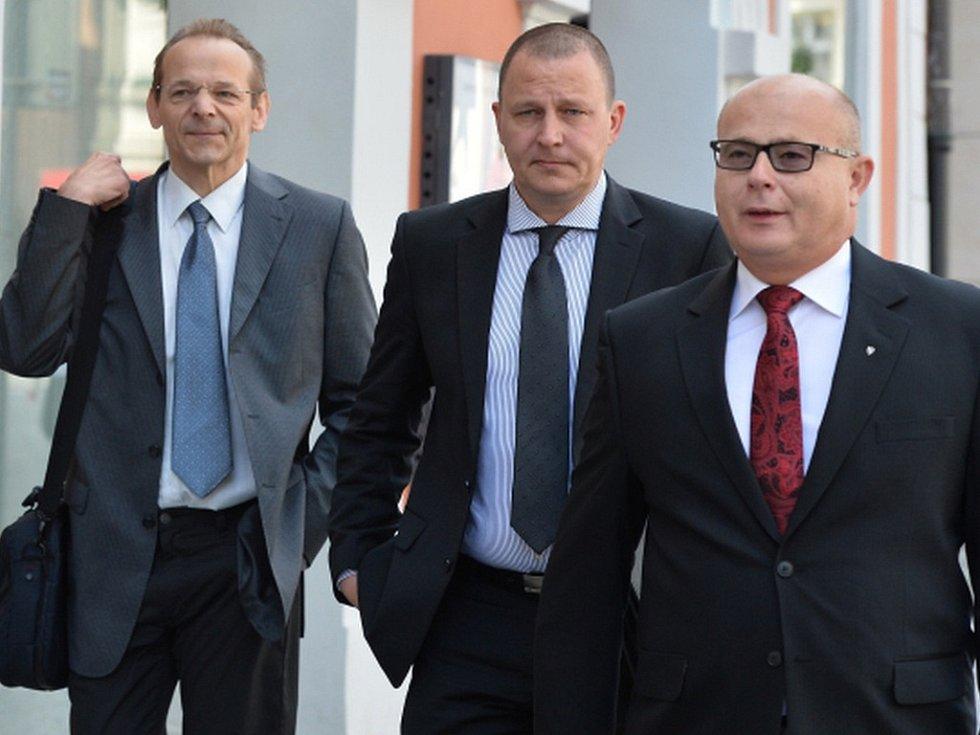 Obžalovaní přicházejí k soudu: zleva zpravodajec Jan Pohůnek a dva bývalí ředitelé Vojenského zpravodajství Milan Kovanda a Ondrej Páleník. Jana Nečasová se k soudu ze zdravotních důvodů nedostavila.