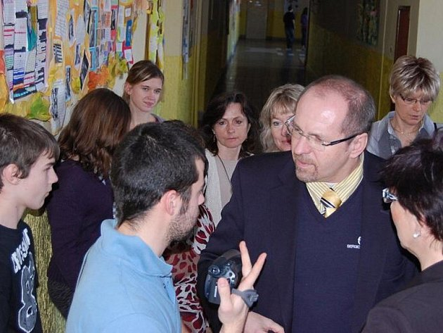 Ministr zemědělství  Ivan Fuksa navštívil v pondělí 7. února 2011 Základní školu 28. října Příbram, kterou sám jako žák navštěvoval. Prohlédl si budovu, odpověděl žákům na dotazy a předal škole dar v podobě unikátního Atlasu české krajiny.
