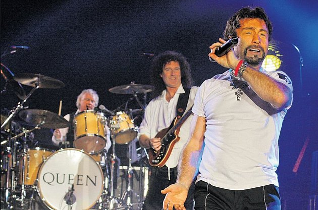 Trio: Takhle to Paulu Rodgersovi a Queenům slušelo v Praze v dubnu 2005.