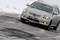 Nedobrá situace panuje na mnoha úsecích silnic. Starosti mají řidiči, ale také silničáři, kterým silné mrazy minulých dnů znemožňovaly provedení alespoň těch nejnutnějších oprav hlubokých výtluků.