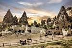 """Kappadokie znamená v překladu z perštiny """"země krásných koní"""", návštěvníky tam ale dnes lákají hlavně bizarní tvary rozeklaných skal"""