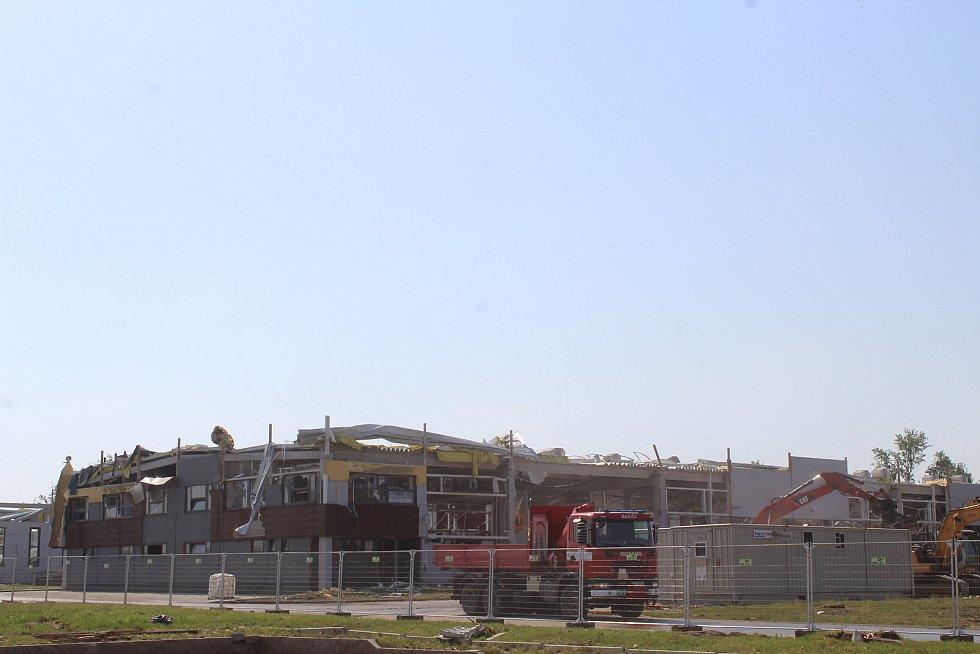Tornádem poškozený areál MND v Lužicích