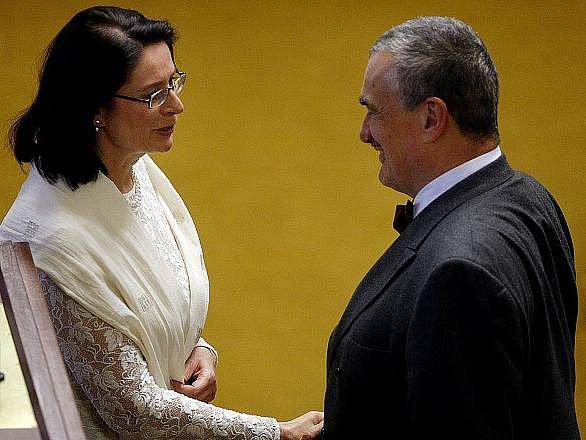 Předseda TOP 09 Karel Schwarzenberg skládá slib Miroslavě Němcové na první schůzi Sněmovny po volbách 22. června v Praze.